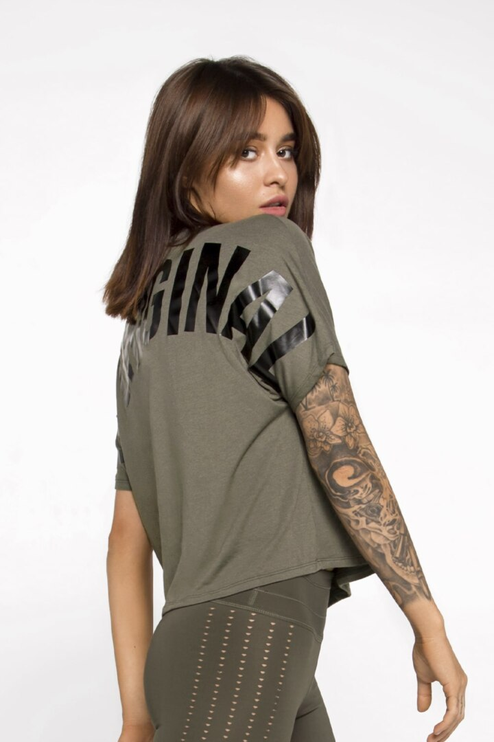 Спортивная футболка с логотипом на спине